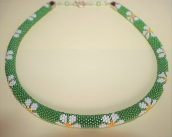 Daisy beaded necklace, green crochet rope necklace with flowers, gift for women, gift for Christmas, bead jewelry, beaded crochet rope