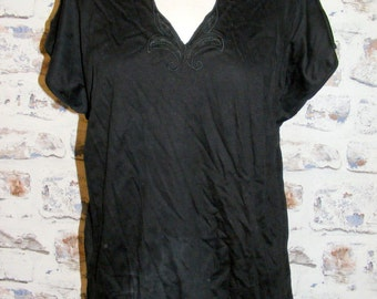 Size 16 vintage 80s batwing cap sleeve embroidered scallop v-neck tee/top (GR21)