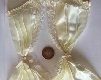 Dollshouse Miniature 1: 12 scale cream lace edge curtains