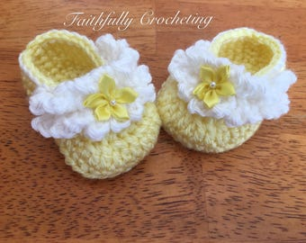 Newborn girl booties... yellow and white shoes.. baby shoes.. crocheted booties.. ready to ship