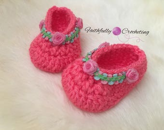 Newborn girl booties... pink roses.. spring and summer shoes... crocheted booties... ready to ship