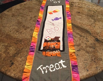 4' X 1'~HALLOWEEN~TABLE~RUNNER~uNIQUE~dESIGN~cOLORFUL~fESTIVE~tRICK~oR~tREAT~bOO~cANDIES~hAUNTED~hOUSE~