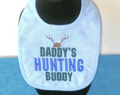 Gift for baby, baby shower gift, embroidery, Infant baby bib Daddy's hunting buddy, sport, Embroidered Biby Bib, Deer, Wood, hunting. KBD321