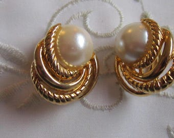 Vintage Gold Tone Swirled Patterned Sarah Coventry Clip On Earrings with Large Faux Pearl