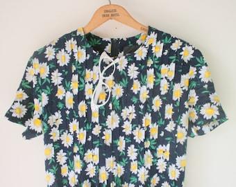 Vintage 1990s DAISY Floral Dress...retro. 90s clothing. white flower. floral print. flower dress. summer dress. garden. wiggle. twirl. navy