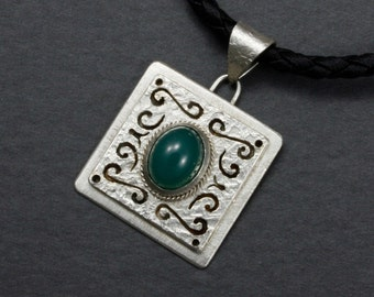 Green chalcedony and arabesque pattern silver pendant necklace