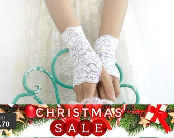 Christmas SALE wedding lace gloves, white lace gloves, bridal gloves, short lace gloves. free shipping