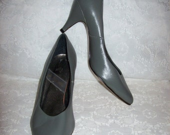 Vintage 1970s Ladies Gray Leather Pumps by Manelli Size 8 1/2 N NOS Only 9 USD