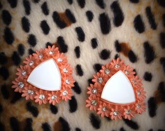 Earrings Vintage, clips, 50's, flower, plastique corail color and rhinstones / boucles d'oreilles fleurs, plastique et crystaux
