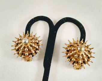 American Unsigned Goldtone Star Motif Metal Clip-on Earrings.