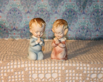 "Praying boy and girl in pajamas by Lefton, 4"" tall"