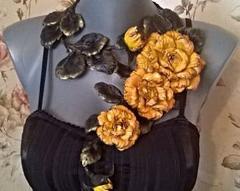 Statement Flexible necklace in black with yellow roses