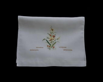 Vintage handmade kitchen towel -- white kitchen towel with hand-cross-stitched yellow wildflowers -- 21.5x14.5 inches / 54x37 cm
