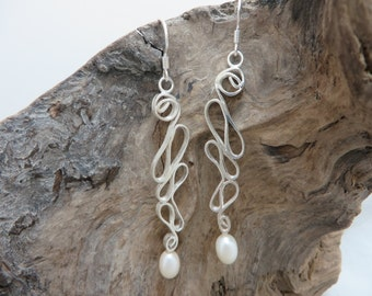 Earrings in sterling silver with cultured pearls