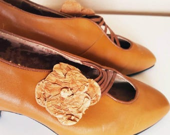 SALE | Vintage 1940s Tan Brown Leather Flower Shoe Clip Heels by Simone Size 5