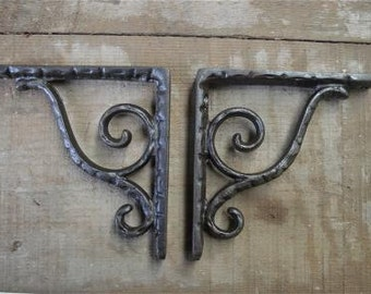 A pair of simple small cast iron scroll brackets AL25
