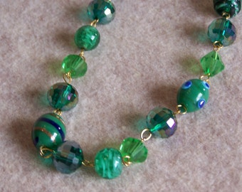 Sparkling green vintage art glass necklace, this necklace is really gorgeous, and in excellent condition!