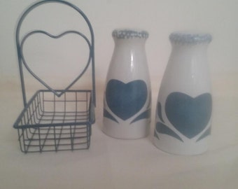 Vintage Country Heart Salt and Pepper Shakers With Metal Basket. Blue Country Heart Shakers With Heart Metal Basket. Vintage Shakers And Box