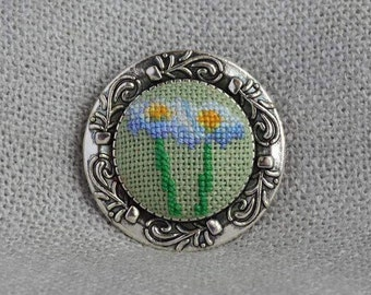 Flower brooch Gift for her Cross stitch jewelry Embroidered brooch Chamomile flower White green brooch Hand embroidered gift Floral jewelry