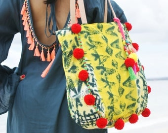 SALE!!Pompom Beach bag/Tassels beach bag/Travel bag/Trendy pompom bags/Bohemian beach bag/Diapers bag * KUNING POMPOM Bag