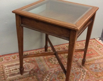 English Edwardian Mahogany Bijouterie Display Occasional Table, Glass Inset Top,  Open Sides, Spade Feet, String Inlay Decoration