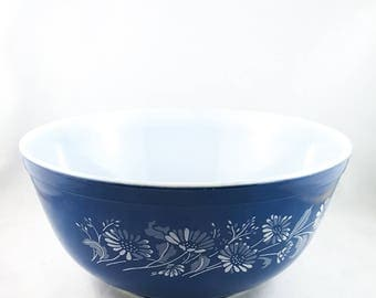 Vintage Pyrex blue colonial mist 403 mixing bowl, French daisy flower milk glass
