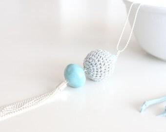 Collar minimalista con borla metálica y cuenta azul turquesa
