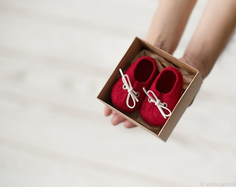 Pregnancy reveal to grandparents deep red wool booties - newborn baby shoes in a box - Baby shower gift