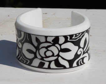 BLACK AND WHITE  Cuff bracelet - gorgeous very dramatic hand carved vintage black and white cuff bracelet - hand carved black and white cuff