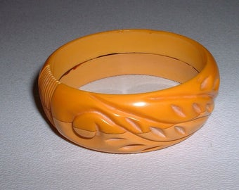 ON SALE*****Unusual Vintage BAKELITE Carved and Two Tone Bangle Bracelet (E119) *****sale******