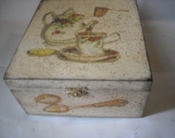 Small box container brings tea bags, brings herbal teas made in wood