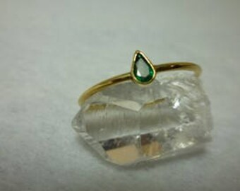 Engagement ring in 18 k gold and faceted Emerald gold