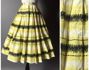 Vintage 50s skirt / 1950s skirt / novelty print skirt / full pleated skirt / cotton skirt / yellow black white skirt / M5238