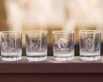 Personalized whiskey glass with vintage tattoo design // Rocks glass with sugar skull  // Personalized rockabilly gift / Custom whiskey gift