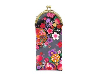 Etui à lunettes en tissu japonais noir à fleurs de cerisier roses, fermé par un fermoir bronze