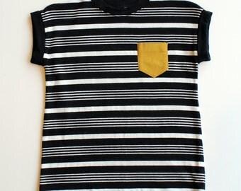 PÉDALO - minimalist tee-shirt with mustard yellow pocket - black/white striped