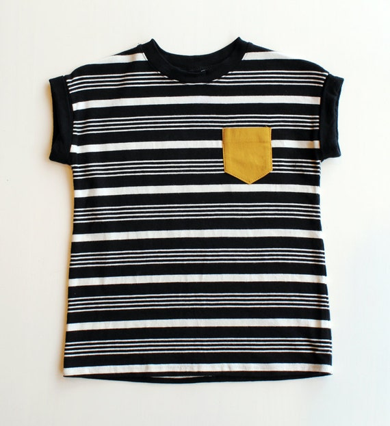 PÉDALO - minimalist tee-shirt with mustard yellow pocket - black/white striped