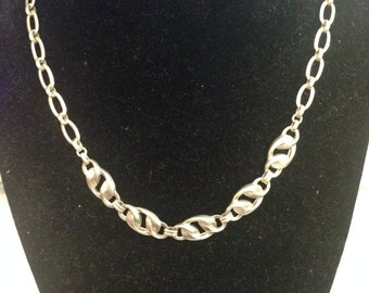 Beautiful sterling silver necklace 16 1/2 inches and 18 grams in weight