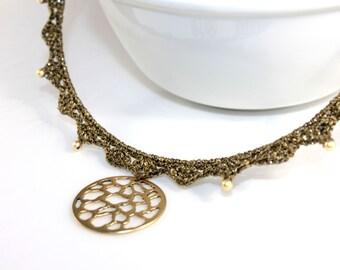 Collar de fiesta necgro tipo gargantilla con colgante, color bronce y dorado