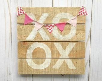 XOXO Valentine's Day sign