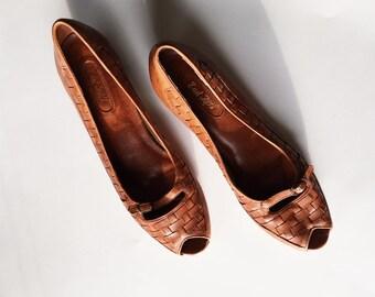 Vintage 70s Woven Leather Block Heels Pumps, Brown Tan Peep-Toe Shoes 9.5 10 10.5