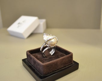 Wonderful silver ring plated platinum with baroque pearl and swarovski