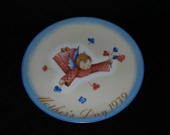 """1979 Schmid Mother's Day """"Cherub's Gift"""" Collector Plate by Sister Berta Hummel"""