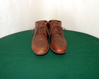 Sz 8.5b Vintage brown leather 1980s flat lace up women ankle boots.