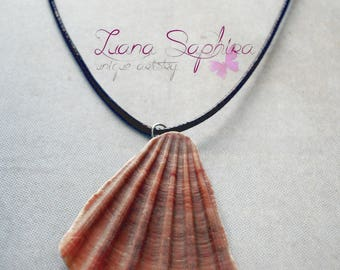 Leather necklace with a shell