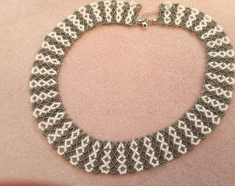 Necklace in white/green