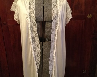 SALE! Glamorous vintage silky white Dominique sleep jacket trimmed with lace (A141)