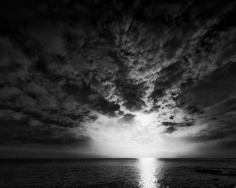 Black and white landscape photography: Sky 1 race clouds on the sea