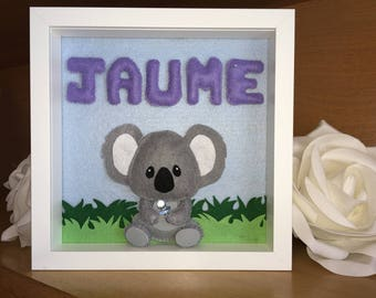 Table custom decorated with koala and the name you want. Option to change purple to rosa.3D felt, hand-sewn.