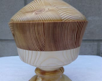 Wooden bowl with a handmade lid. Two varieties of wood, larch and pine are produced and covered with an environmentally friendly mixture.